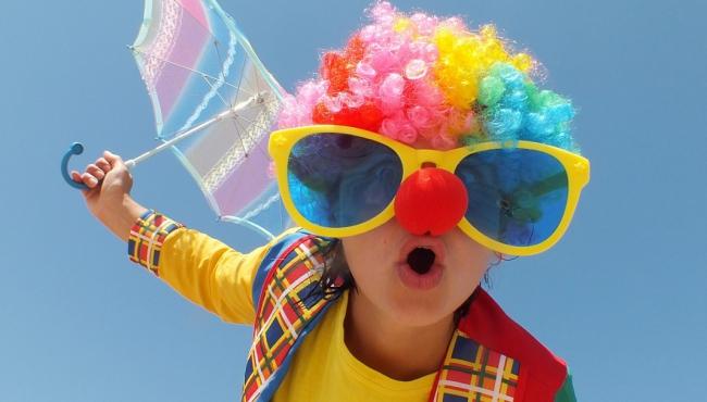 Dziecko przebrane za klauna