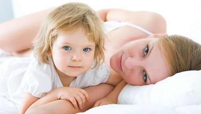 mama, dziecko, łóżko