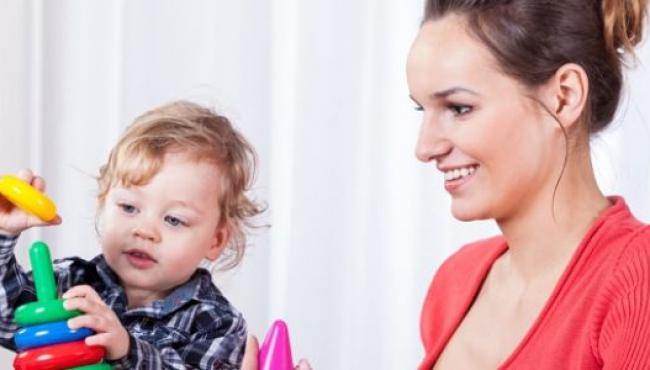 Mama i dziecko bawią się klockami