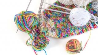 czapka, pompon, robótki ręczne, włóczka, robótki na drutach