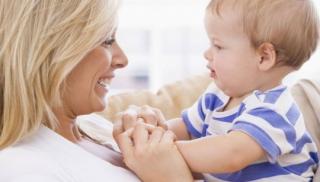 niemowlę, nauka siadania, mama, dziecko, zabawa