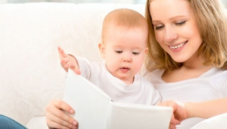 dziecko, niemowlę, książka, czytanie, zabawa, mama