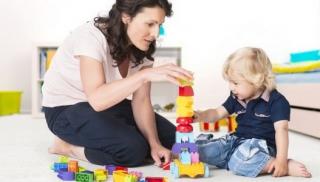 Niania bawi się z dzieckiem - kiedy zmienić nianię