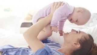 Zabawa niemowlaka z mamą