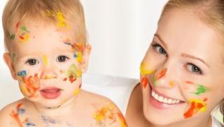 Mama i dziecko ubrudzeni farbą