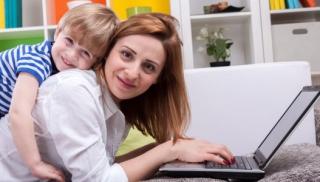 Mama i dziecko przy komputerze