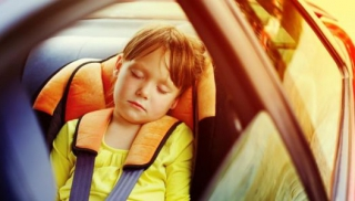 Dziewczynka w samochodzie