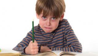 Chłopiec odrabia lekcje