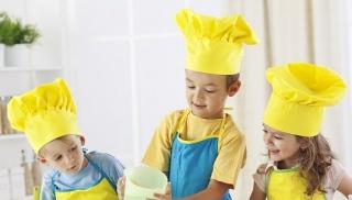 Dzieci wspólnie gotują obiad