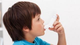 Chłopiec z astmą używa inhalatora